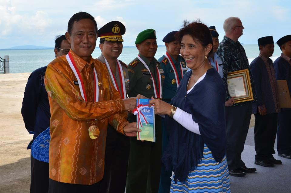 Penyerahan Buku Ensiklopedia Populer Pulau-pulau Kecil Nusantara Provinsi Kalimantan Selatan